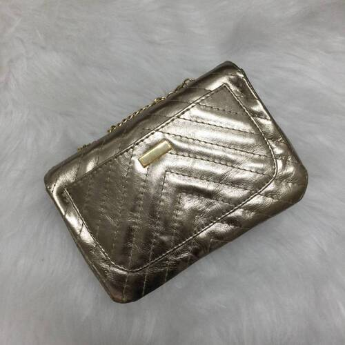 VERSALHES PEQUENA Bolsa de corrente em couro legítimo metalizada dourada com metais ouro matelassê chevron