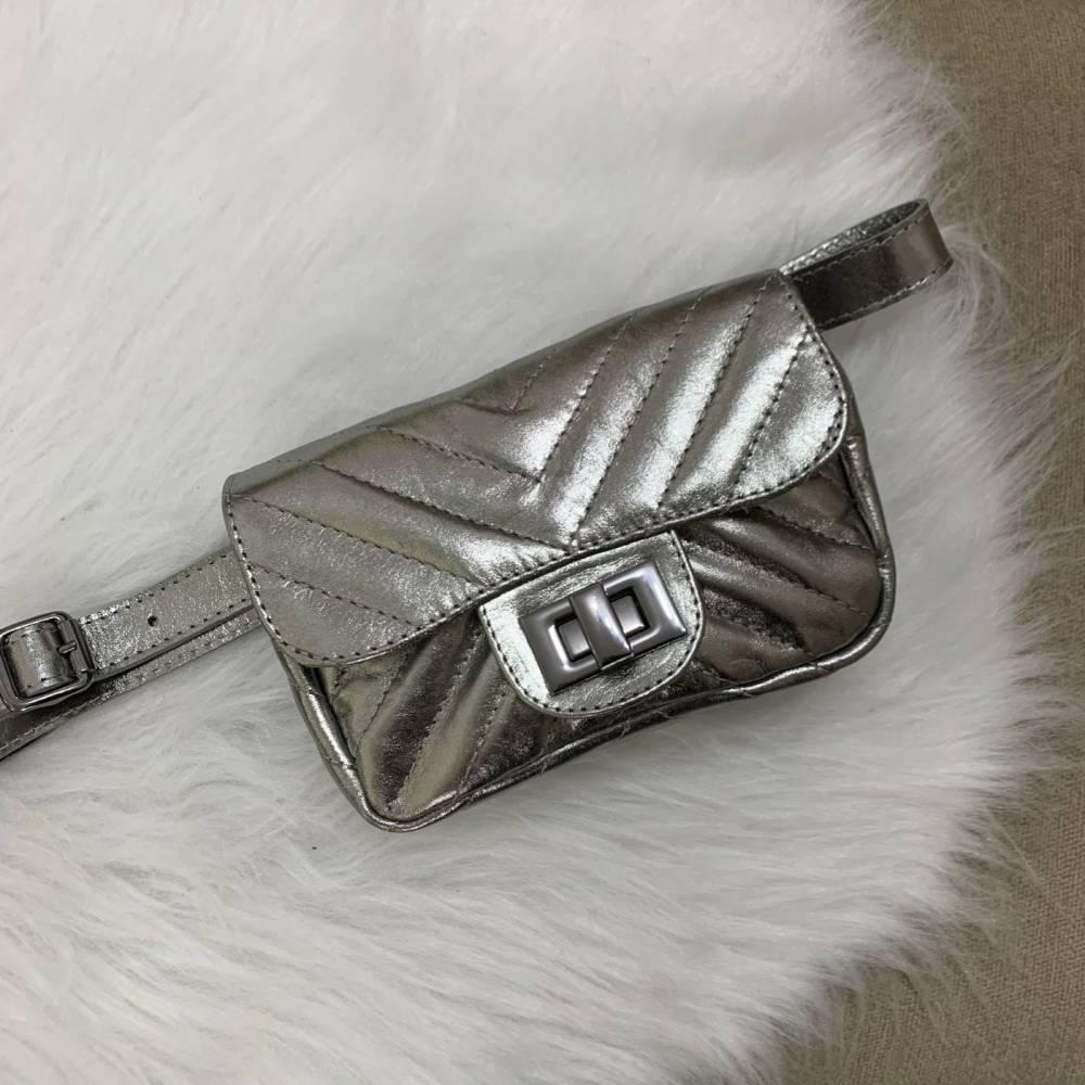 VERSALHES PP Bolsa pochete metalizada prata de couro legítimo com corrente metais ônix