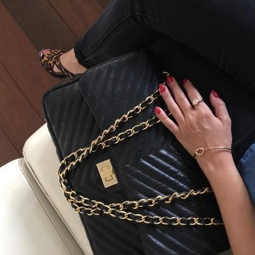 VERSALHES GRANDE Bolsa de corrente em couro legítimo preta com metais dourados matelassê chevron