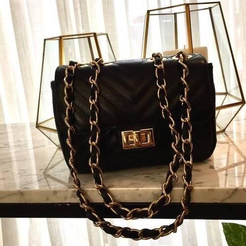 VERSALHES PEQUENA Bolsa de corrente em couro legítimo preta com metais dourados matelassê chevron