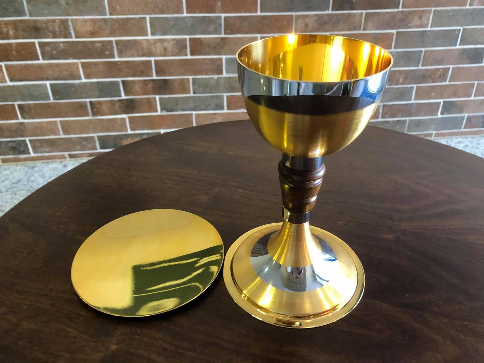 Cálice dourado trabalhado em madeira e prata - 19cm