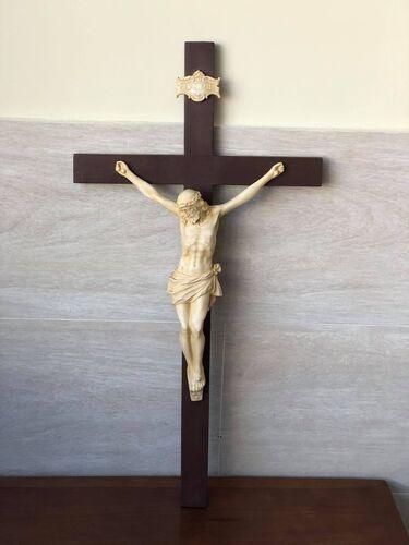 Crucifixo em Pintura Marfim - Resina